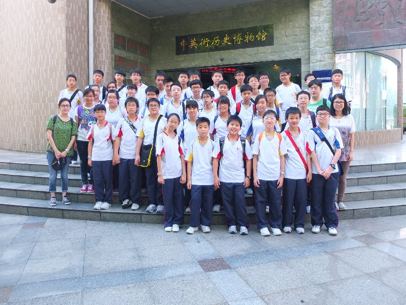 Teachers and students are taking a group photo in front of the Chung Ying History Museum.
