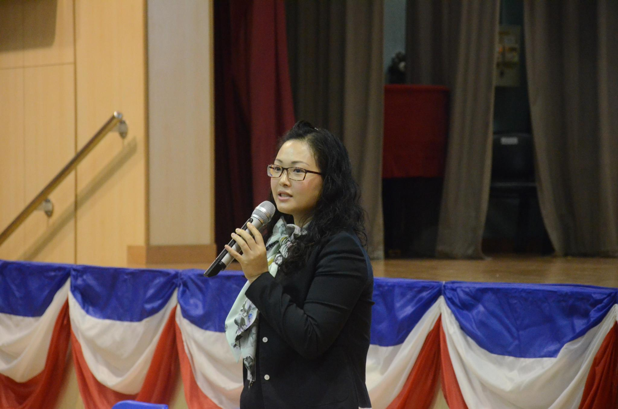 Assistant Principal Ms. Leung Pui Fan is holding the admission talk in the hall.