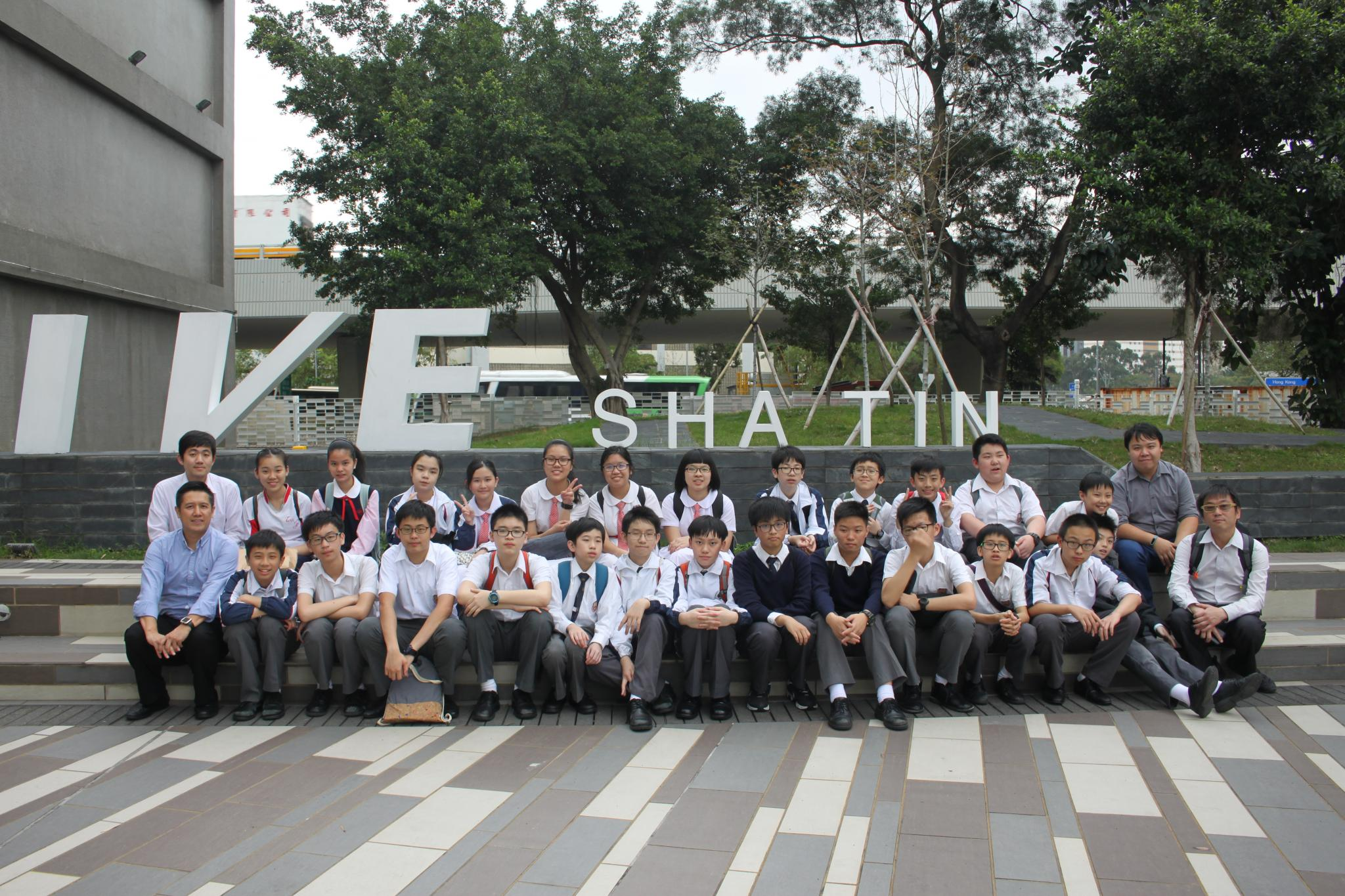 All students took a photo together.