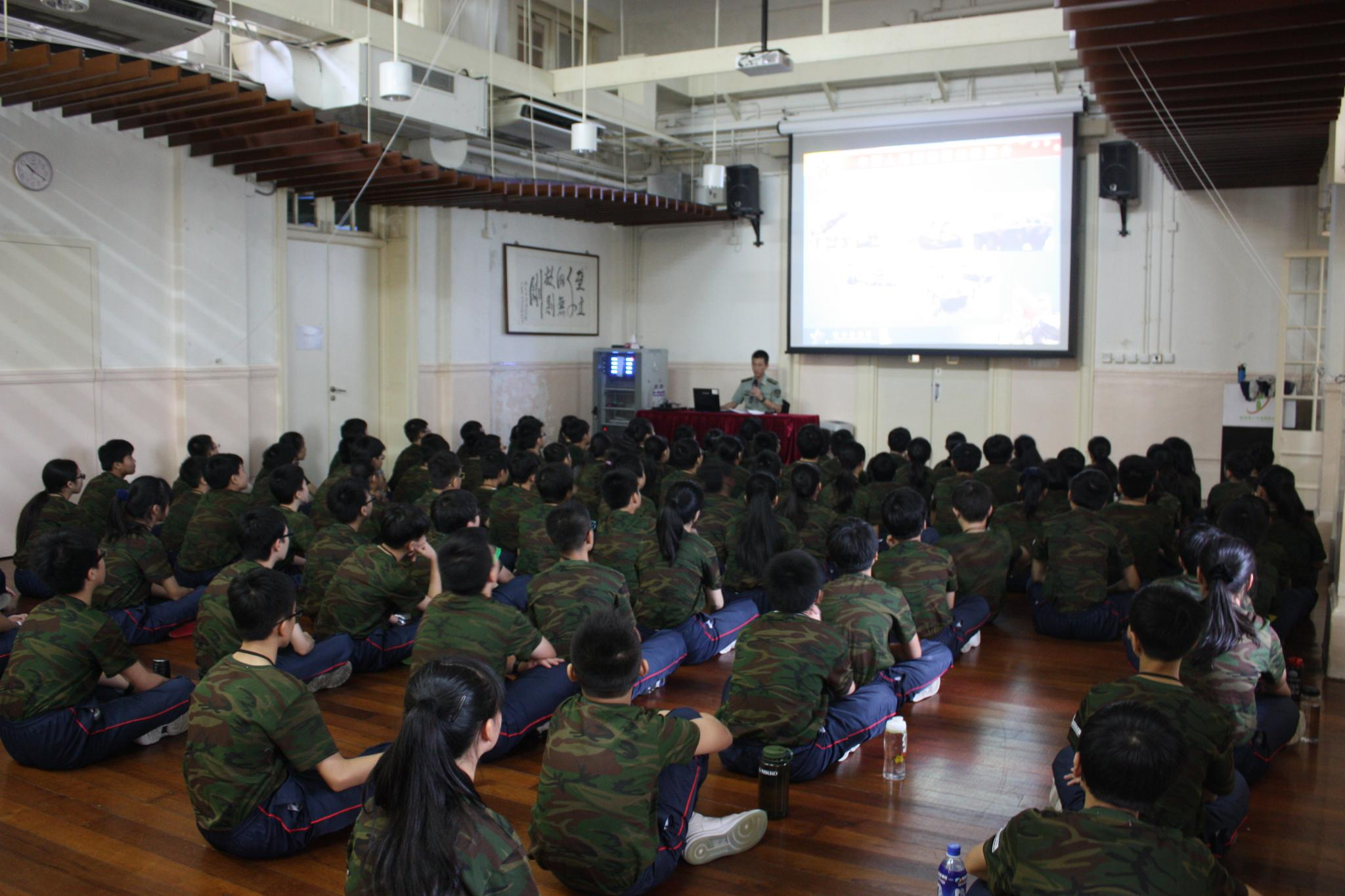 Students are very attentive during the talk delivered by the Chinese People's Liberation Army.