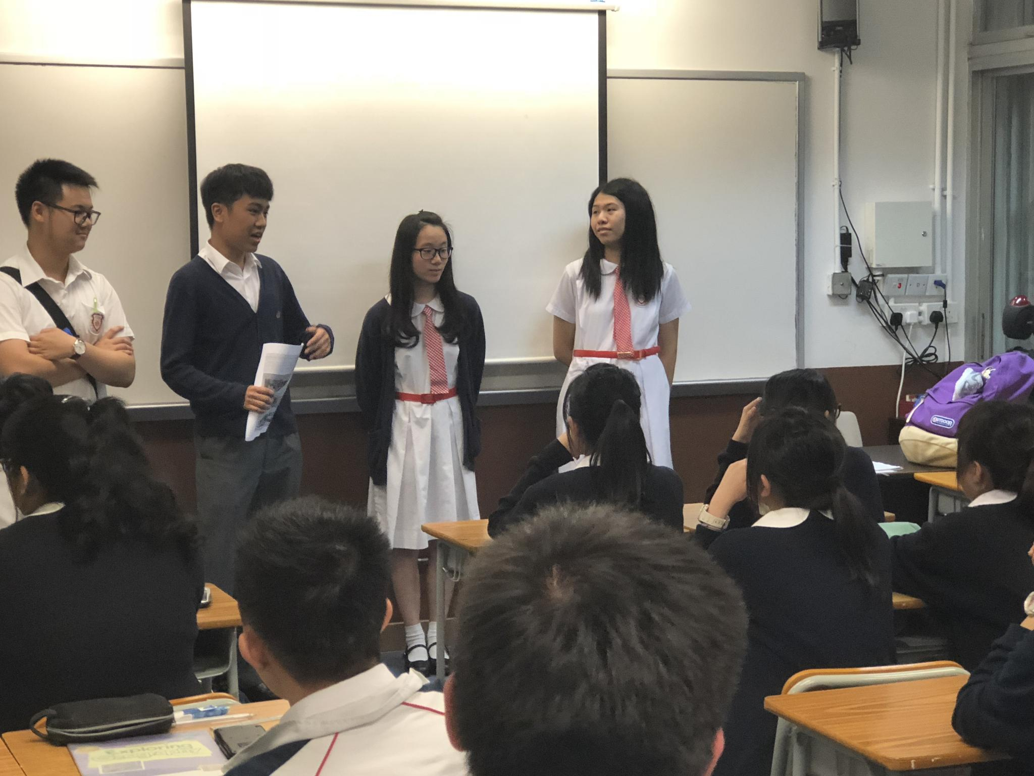 5A Chan Hei Lam and Tai Hiu Yi, 5D Chik Wai Chak and 5F Chu Kin Hang are giving students tips on studying Chinese History and Biology.
