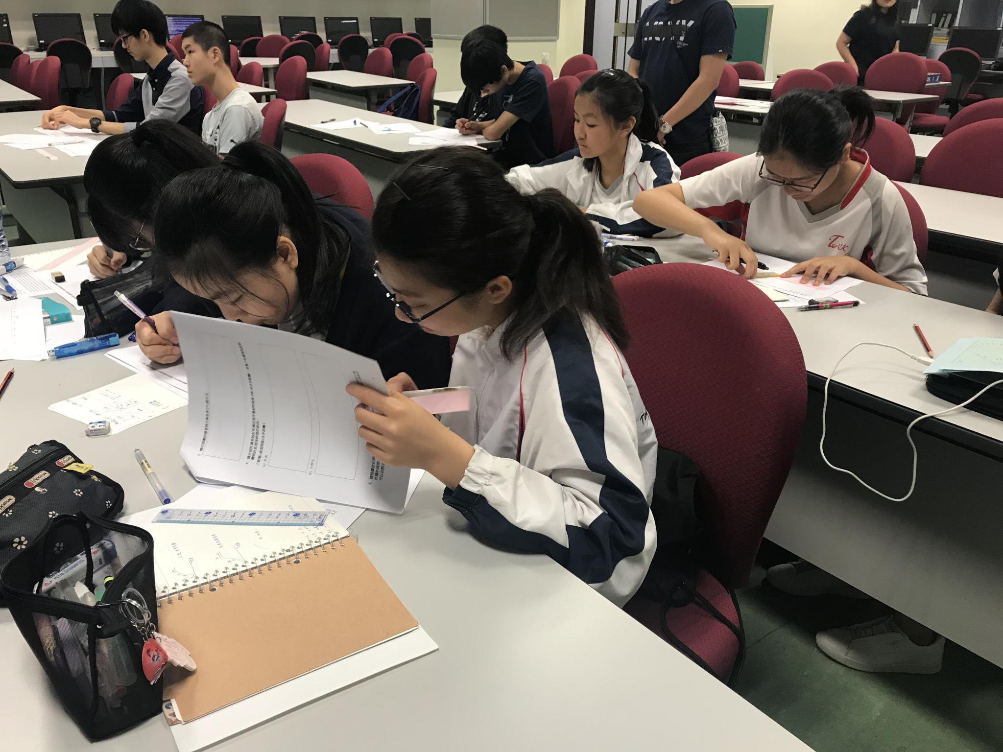 Students were working on the pre-test before the AR Sandbox lecture.
