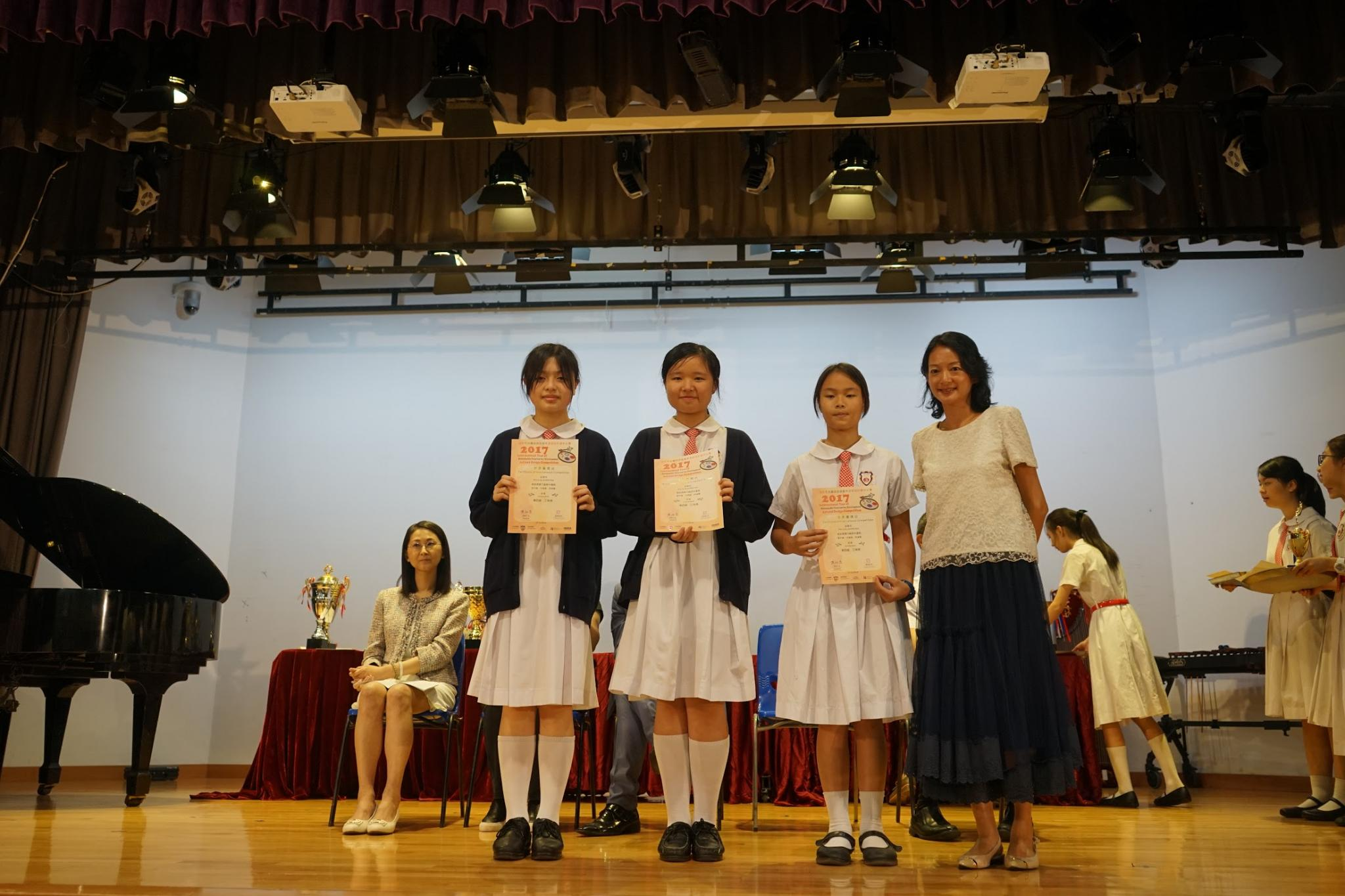 1A Cheong Hau Nam, 1A Fong Yuen Chi, 1B Hui Cheuk Yin received the prize during the closing ceremony.