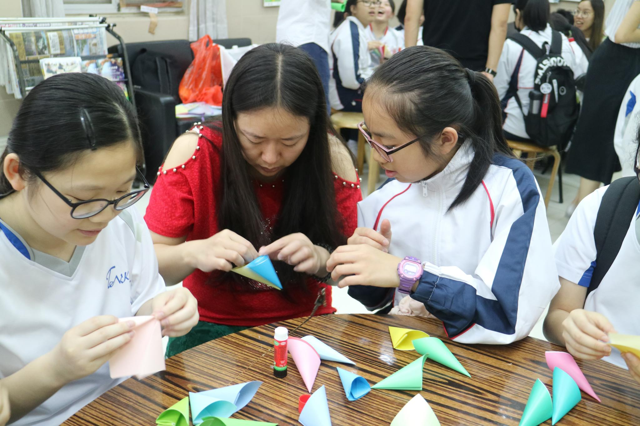 Our students were making paper handicraft flowers with the service users.