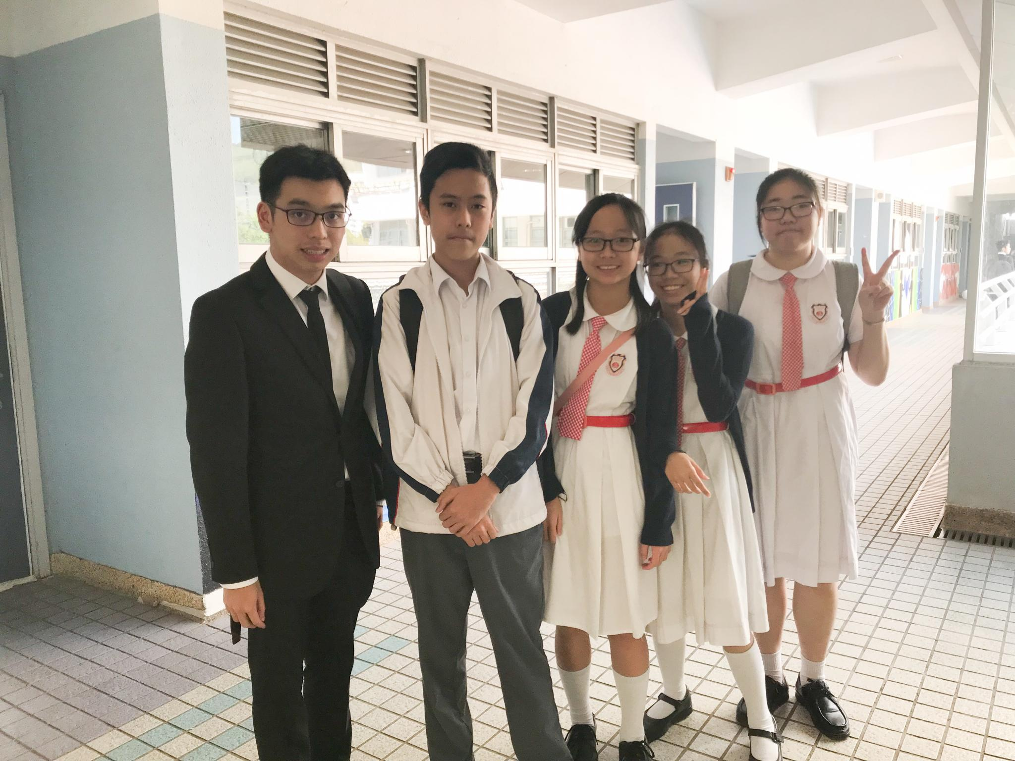 Students took a photo with their tutor.
