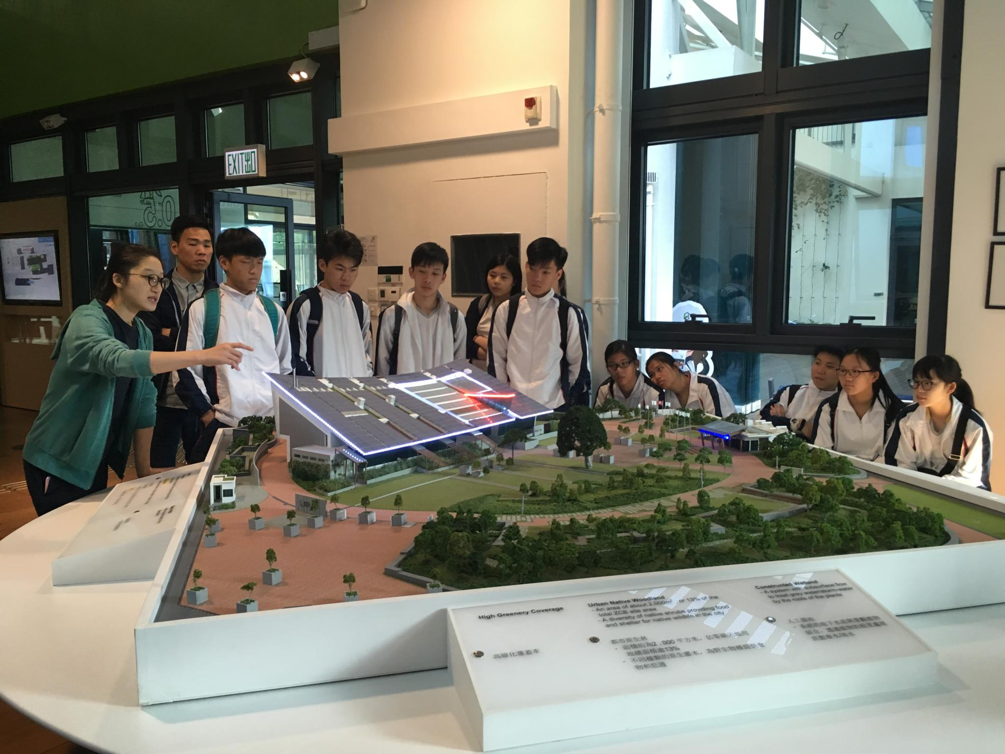 The staff was introducing the Zero Carbon Building design and technologies to the students.
