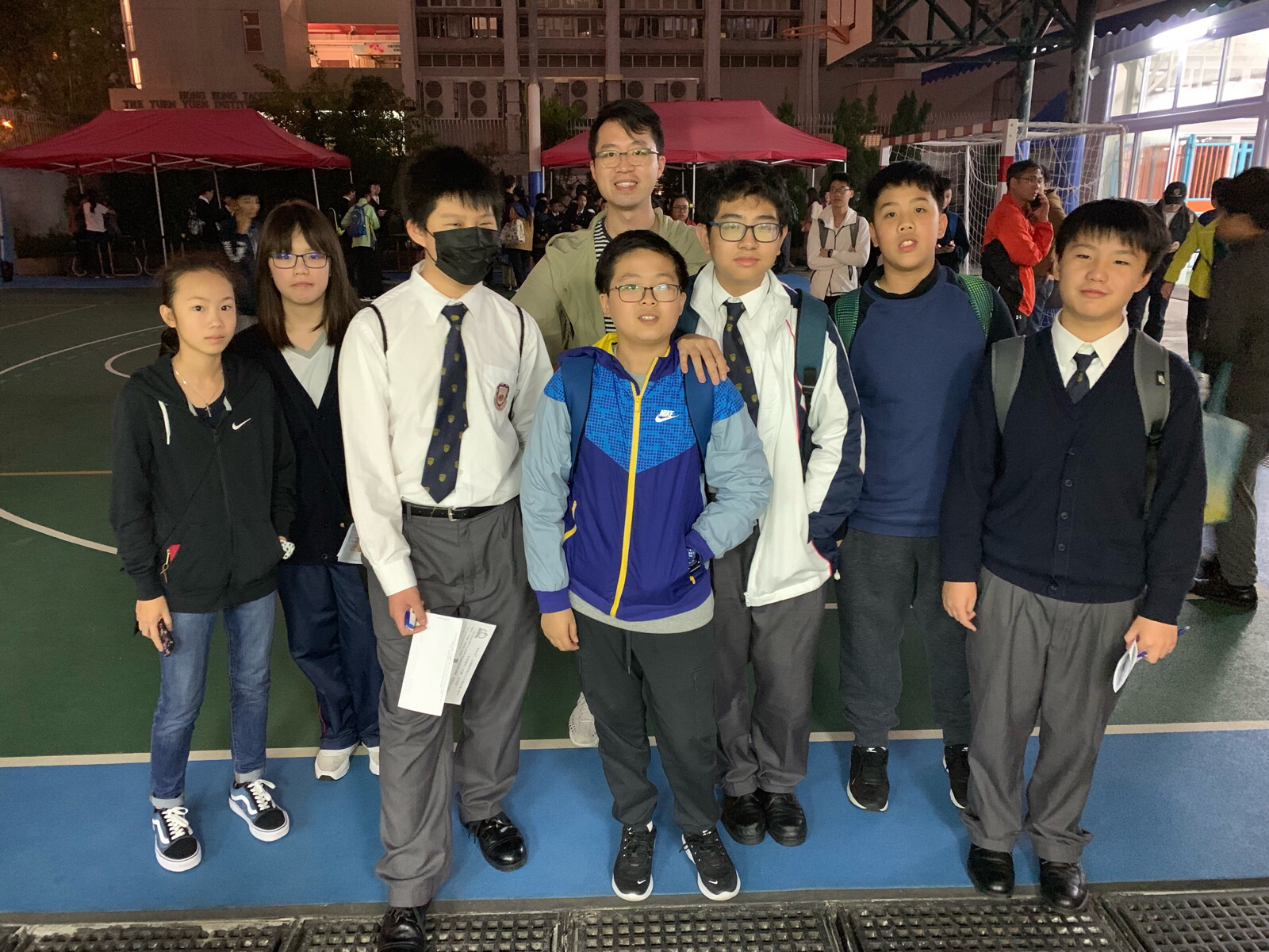 Our team members took a group photo together with the teachers.