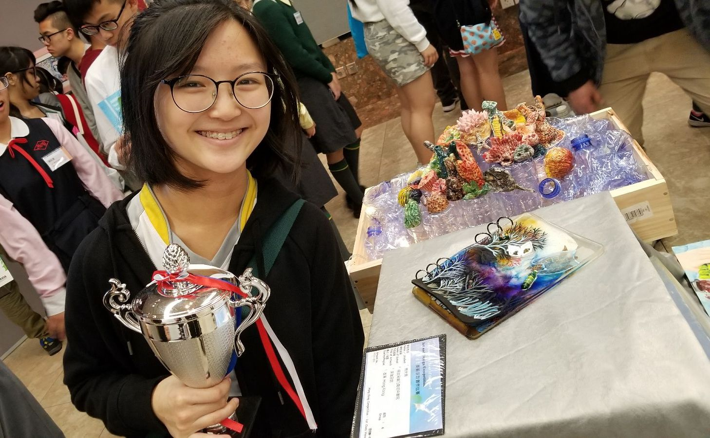3C Chow Tin Yu and her artwork.