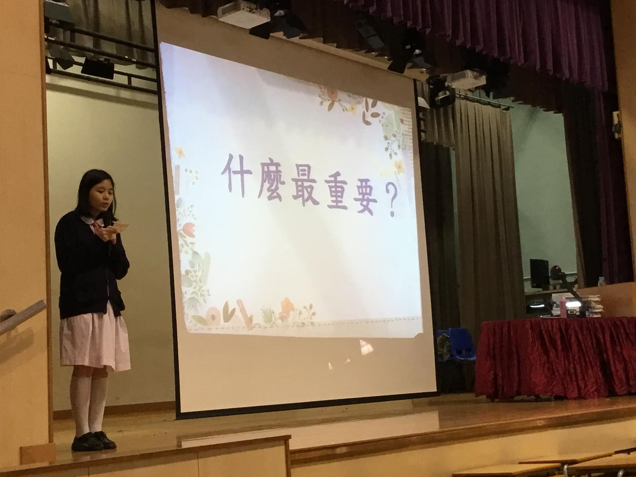 Our student is introducing the guest speaker, Ms. Fan Kien Mei.