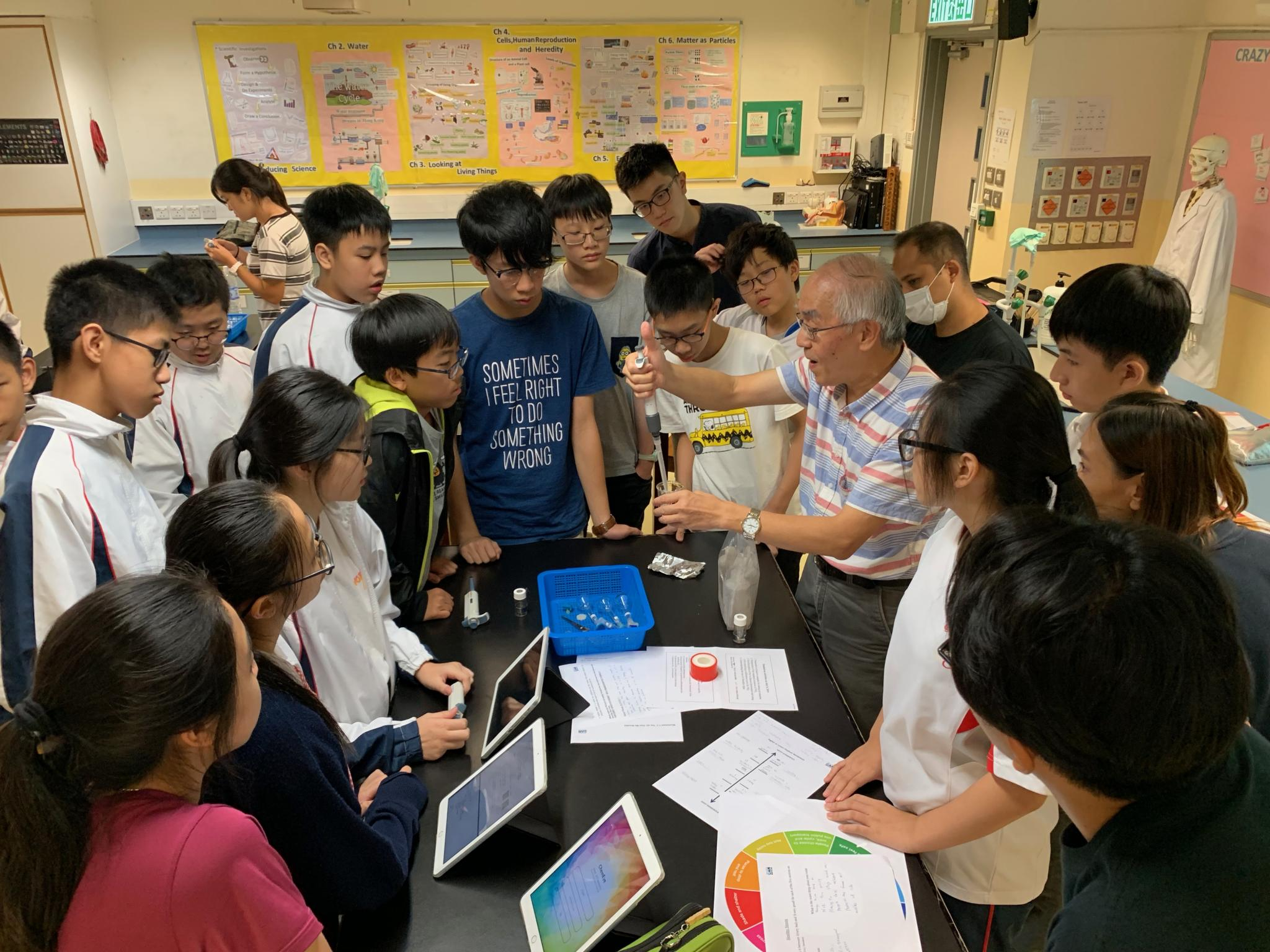 Professor Chan explains to students the procedures of the experiment and theories behind.