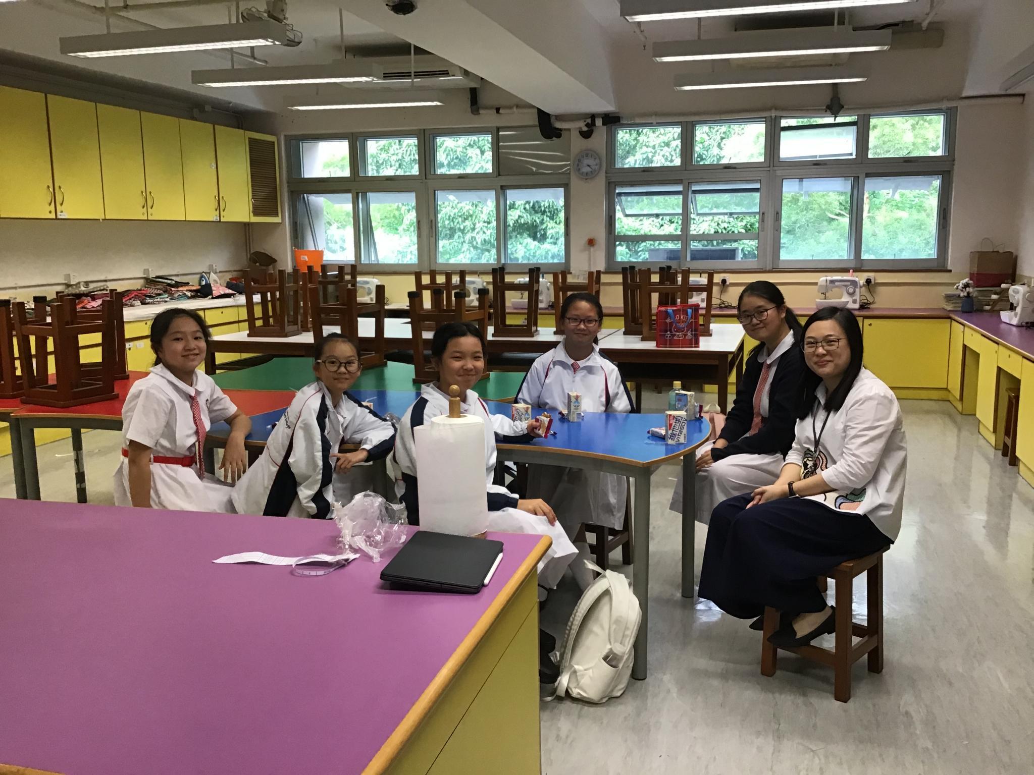 S1 students enjoyed the talk with their teacher-mentor.