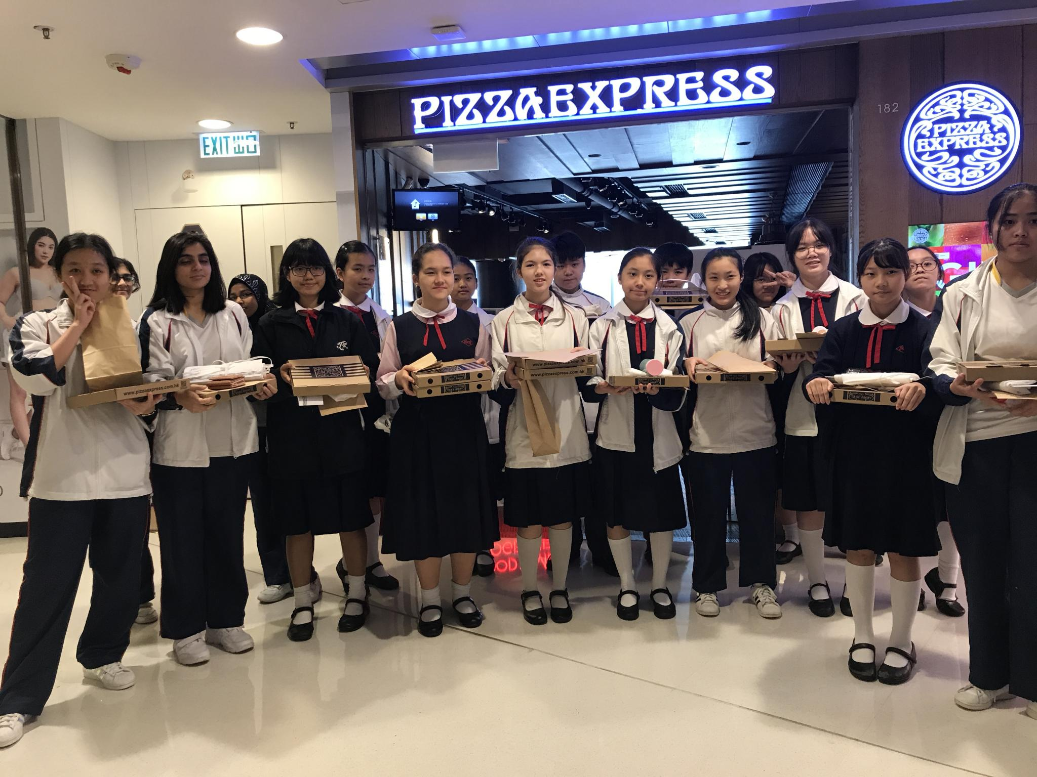 18 students from S1 to S3 visited the Pizza Express in Moko.